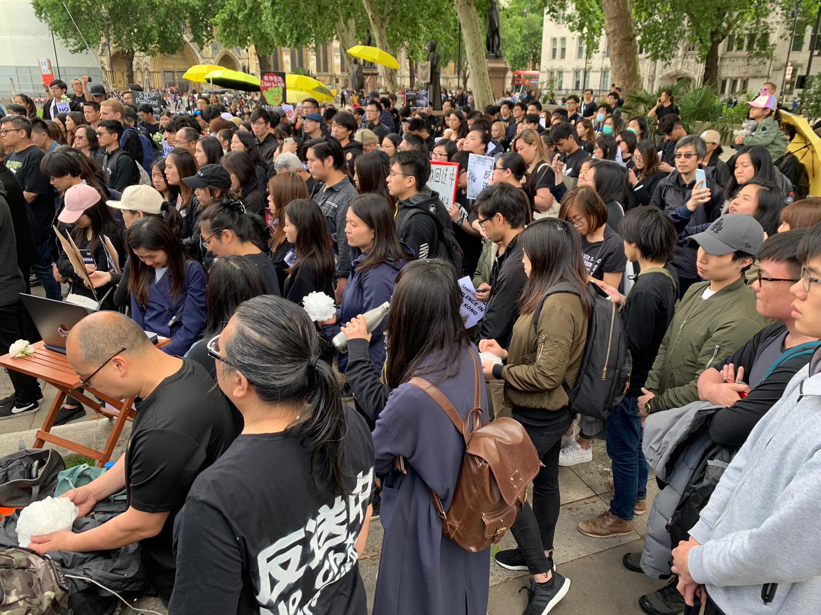 6月16日倫敦的集會現場,支援香港遊行的人群聚集在議會廣場的每一個角落。(唐詩韻/大紀元)