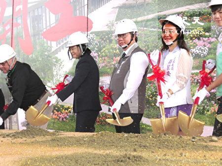 總統蔡英文(左2)為中壢一號社會住動土。