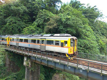 通过观瀑吊桥时,正好遇见一旁铁路上火车经过。