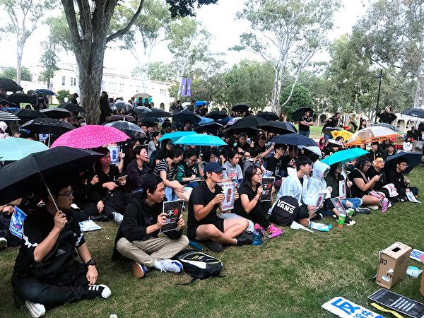 2019年6月16日下午2時起,布里斯本香港留學生自發在昆士蘭大學校區The Great Court草坪靜坐並徵集簽名,繼續聲援香港6·16大遊行。(楊裔飛/大紀元)