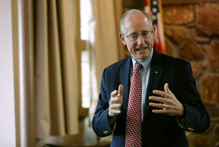 美国两党的国会议员近日联手提案,要求监管在美国上市的中国公司。图为提案人众议员康纳威(Mike Conaway)。