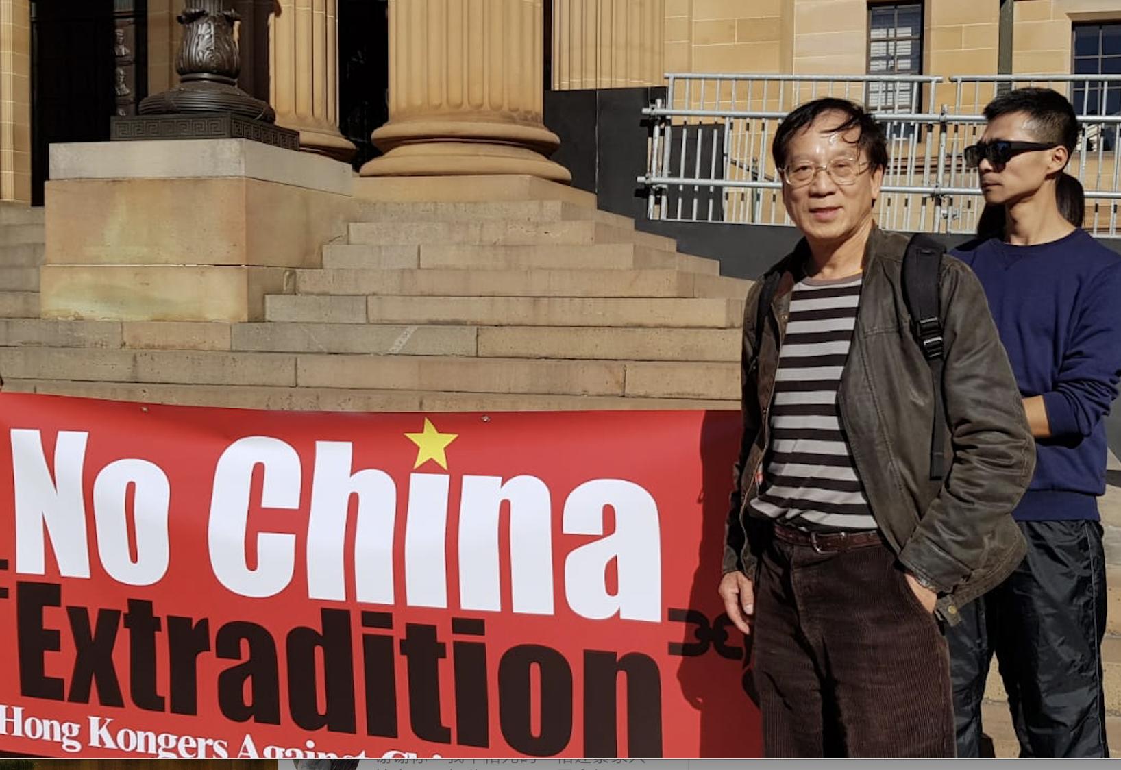 澳洲華裔盧炳曾從大陸逃到香港,他到現場聲援香港反送中條例。(駱亞/大紀元)