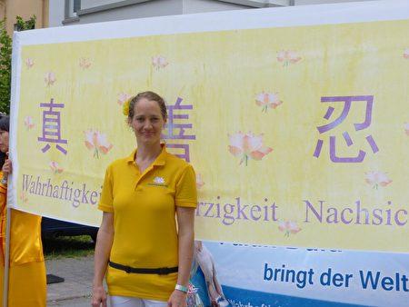 比勒菲爾德大學講師 Ina Schwarz幫助邀請歐洲天國樂團第五次參與文化嘉年華。(莫凌/大紀元)