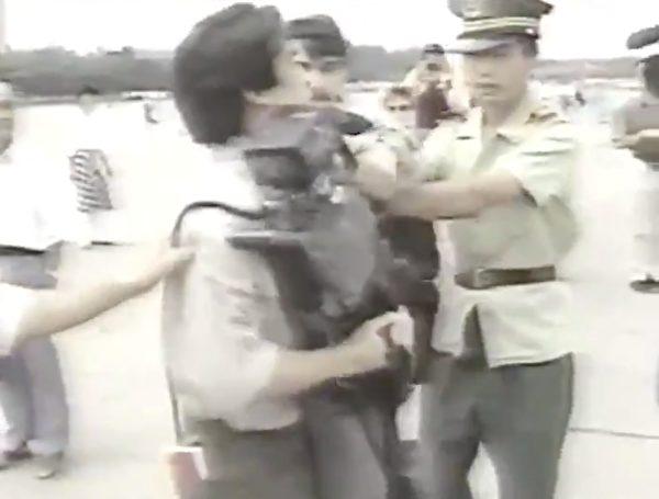 天安門武警搶奪跟隨美國國會議員的西方媒體人的錄像機。(影片截圖)