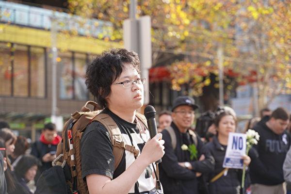 2019年6月16日,千餘名墨爾本市民在市中心州立圖書館前舉行集會,要求港府撤回《引渡條例》修訂案。圖為抗議者自發發表演說。(Peter/大紀元)