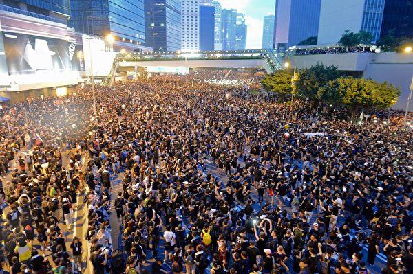 香港特首林鄭月娥15日宣佈暫緩修訂《逃犯條例》後,民主派議員表明不接受,16日再發起遊行,共200萬人參與,人數空前。(宋碧龍/大紀元)