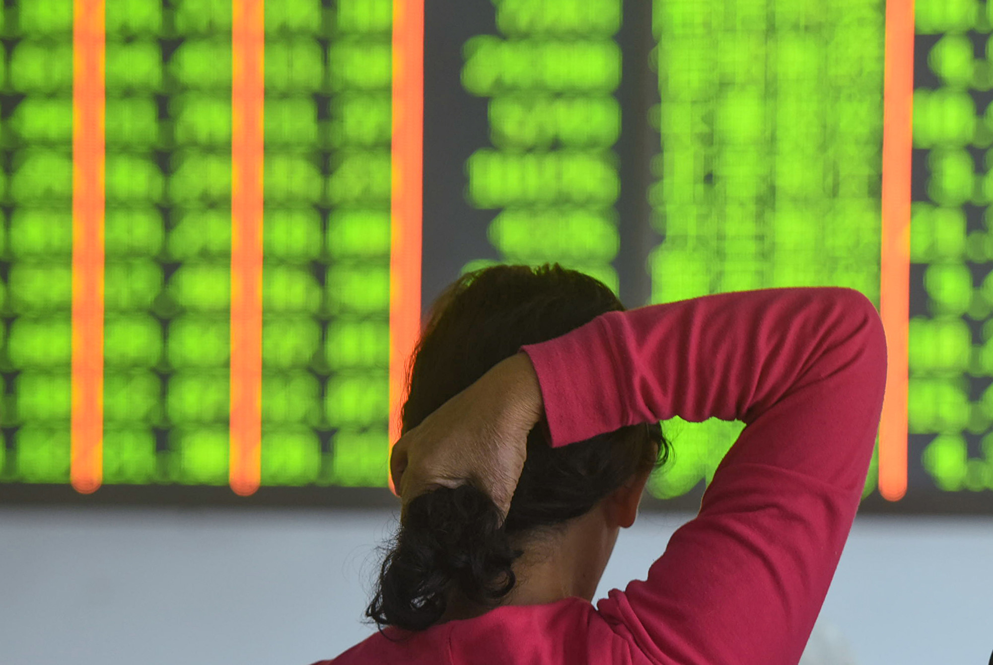 受中美貿易戰的衝擊,大陸股市在在4月和5月外流的外國資金創歷年新高。圖為2018年10月18日,浙江省杭州市一家證券公司內的投資者。(STR/AFP/Getty Images)
