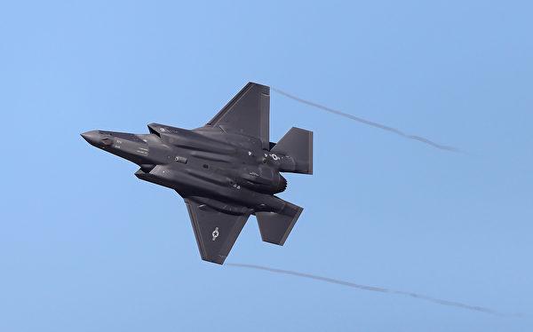 2018年11月19日,美軍一架F-35戰機飛行於猶他州上空。(George Frey/Getty Images)