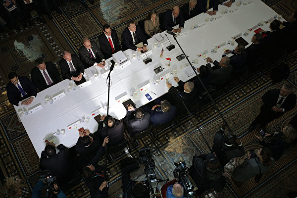 舒爾茨在文章中表示,只有施加壓力,才可迫使中共改變其破壞性的貿易方式。圖為今年2月21日,中美高級官員在華府舉行一輪談判。(Alex Wong/Getty Images)