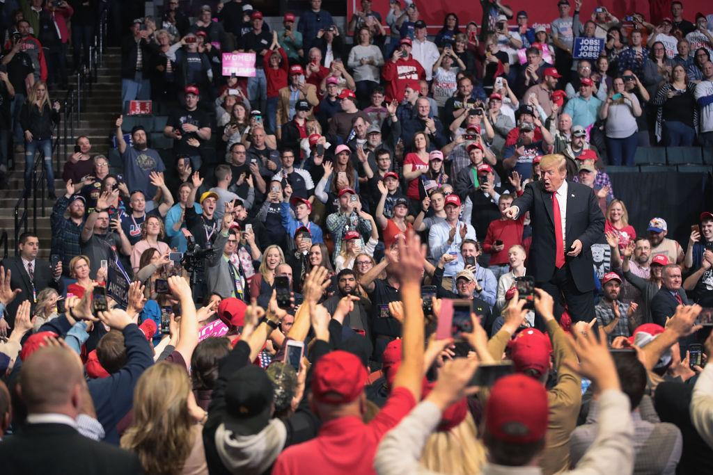 美國總統特朗普於2019年3月28日在密歇根州大急流城舉行的大型集會上與支持者互動。大急流城是特朗普在2016年競選期間拜票的最後一個城市。(Scott Olson/Getty Images)