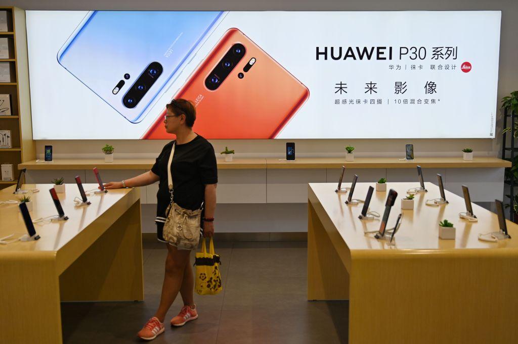 經拆解華為最新智能手機P30 Pro發現,其機內零件按金計算約有五成來自美國、日本和南韓。(Hector Retamal/AFP/Getty Images)