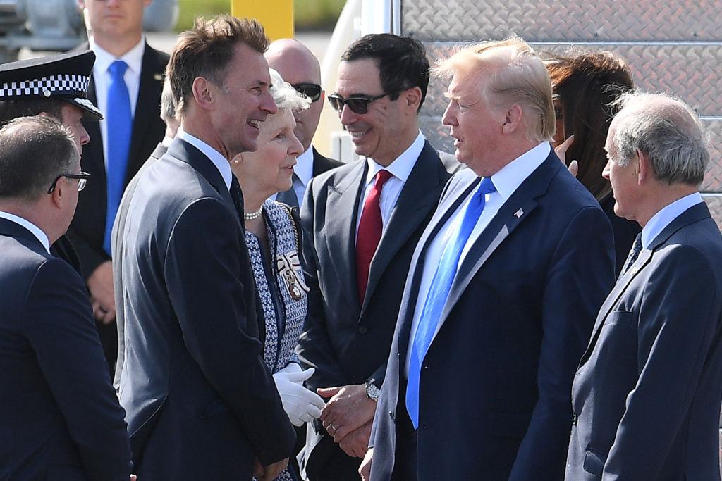 6月3日,美國總統特朗普抵達倫敦,受到英國外長侯俊偉(Jeremy Hunt,左)的迎接。(Leon Neal/Getty Images)