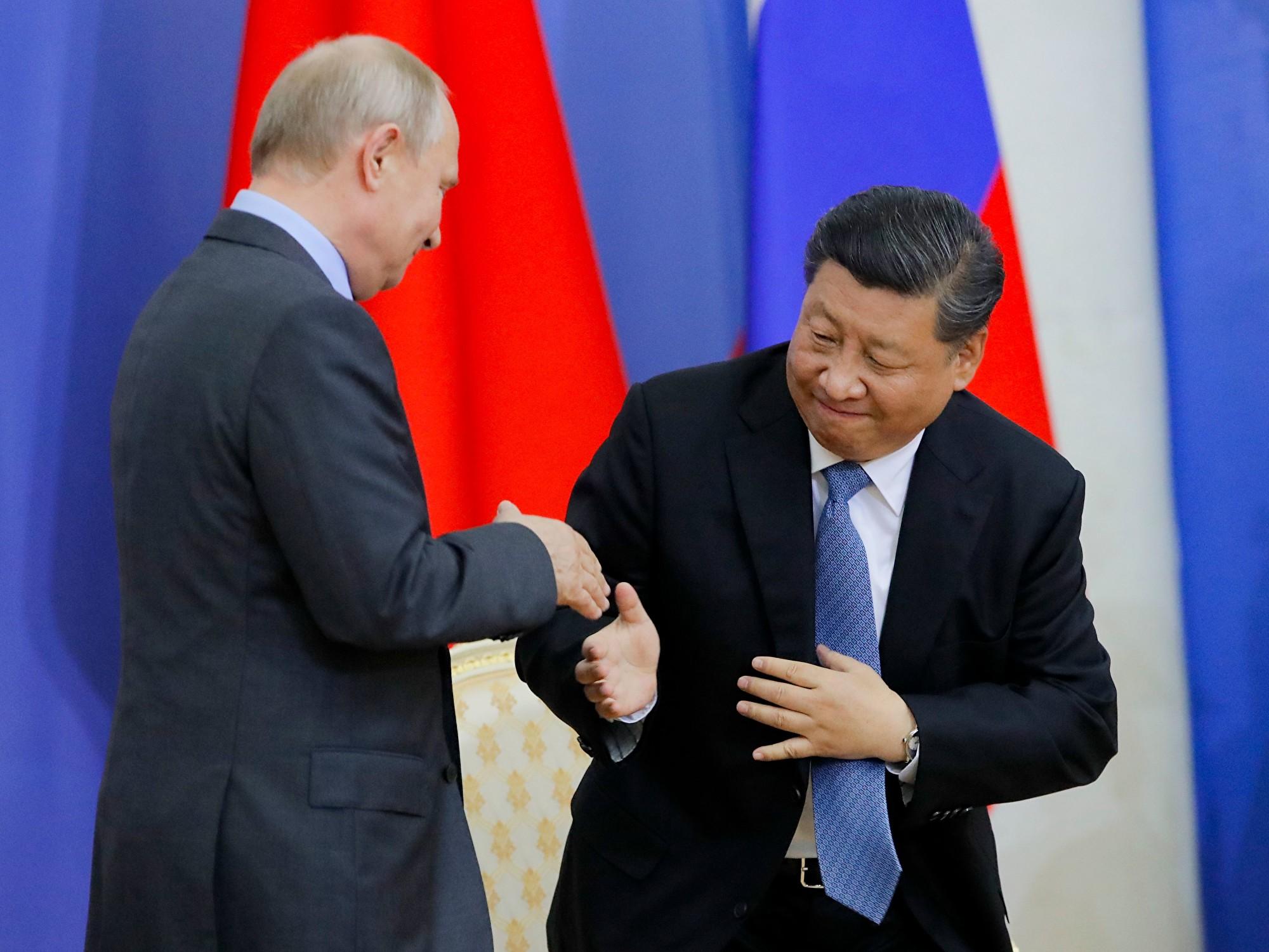 6月6日,習近平在普京的陪同下,到聖彼得堡國立大學接受名譽博士學位。(DMITRI LOVETSKY/AFP/Getty Images)