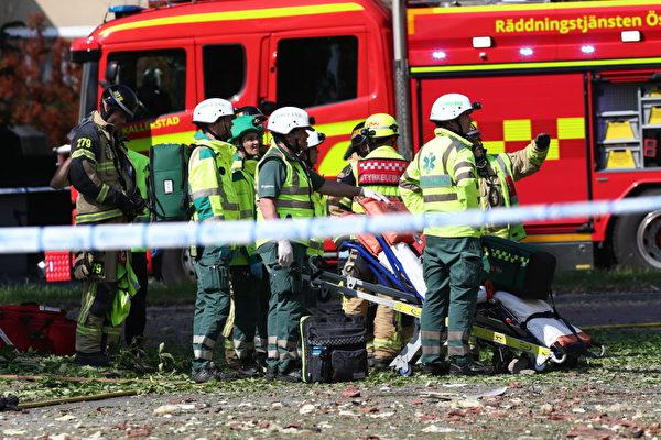 救援人員和消防員6月7日上午在瑞典林雪平鎮發生爆炸襲擊的公寓樓外工作。(Jeppe Gustafsson/AFP/Getty Images)