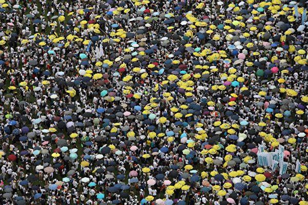 6月9日,香港百萬人上街大遊行「反送中」,即反對港府欲對「引渡條例」立法。(DALE DE LA REY/AFP/Getty Images)