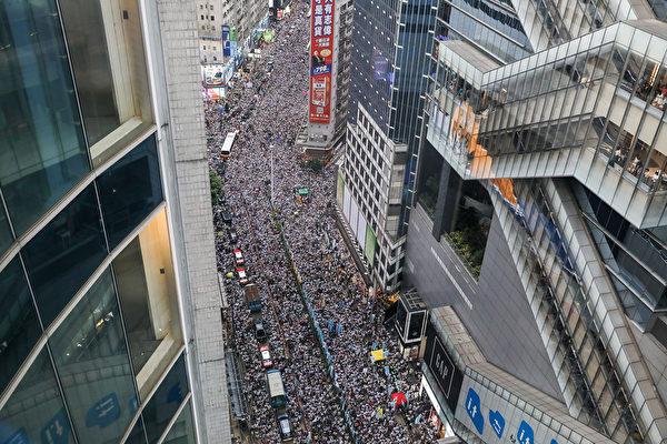 6月9日,香港百萬人上街大遊行「反送中」,即反對港府修訂《引渡條例》。(DALE DE LA REY/AFP/Getty Images)