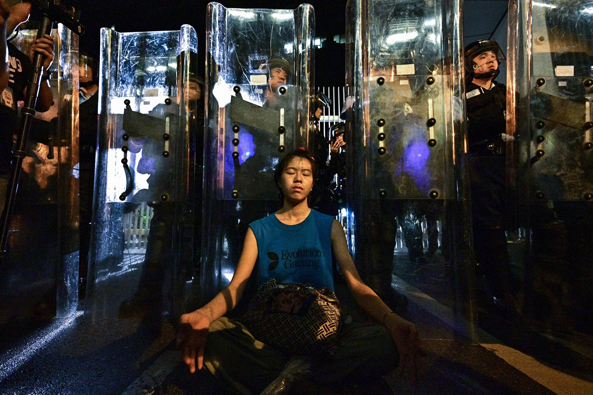 警民對峙中 「盾牌女孩」靜坐照感動全球