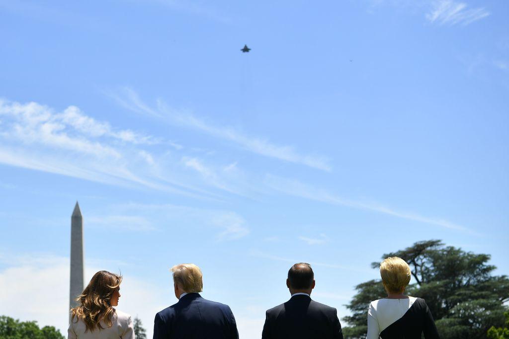 特朗普夫婦與杜達夫婦在白宮大草坪上觀賞F-35戰機演出。(Mandel Ngan/AFP/Getty Images)