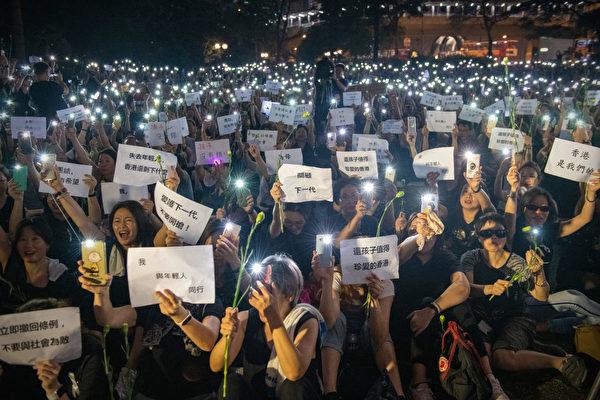 一群香港媽媽們不滿林鄭月娥「母親論」,14日晚上在遮打花園集會,高呼「孩子沒有錯」。(Carl Court/Getty Images)