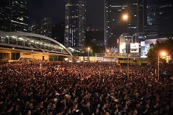 深夜,抗議人群不僅未散去,而且依然大聲疾呼撤回惡法、要求香港特首林鄭月娥下台。(ANTHONY WALLACE/AFP/Getty Images)