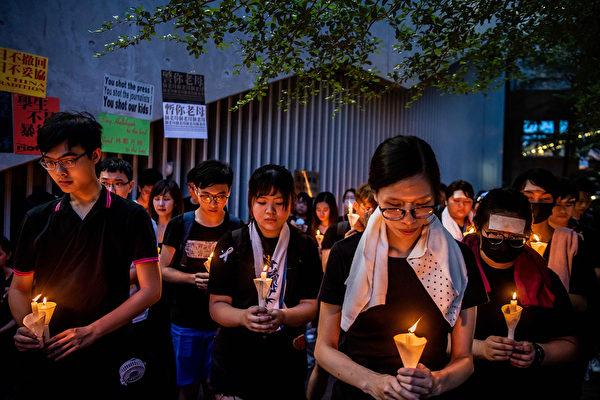 香港民众聚在一起悼念6月15日在金钟太古广场、疑因情绪激动发生意外坠下的男子。(Billy H.C. Kwok/Getty Images)