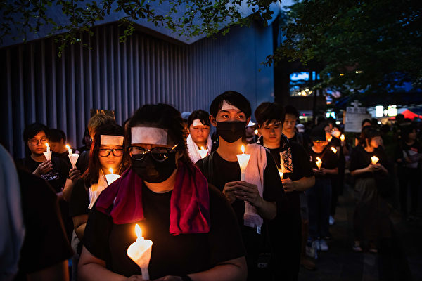 香港民眾聚在一起悼念6月15日在金鐘太古廣場、疑因情緒激動發生意外墜下的男子。(Billy H.C. Kwok/Getty Images)