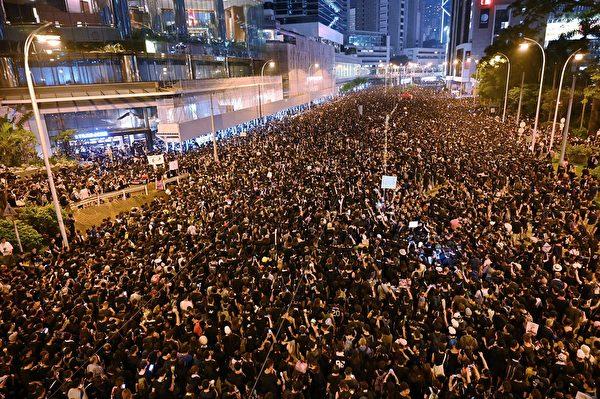 抗議人群不僅未散去,而且依然大聲疾呼撤回惡法、要求香港特首林鄭月娥下台。(HECTOR RETAMAL/AFP/Getty Images)