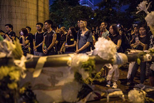 香港民众聚在一起悼念6月15日在金钟太古广场、疑因情绪激动发生意外坠下的男子。(DALE DE LA REY/AFP/Getty Images)