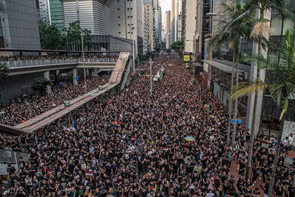 6月16日,近兩百萬港民走上街頭,要求林鄭月娥下台,撤回修例。(Carl Court/Getty Images)