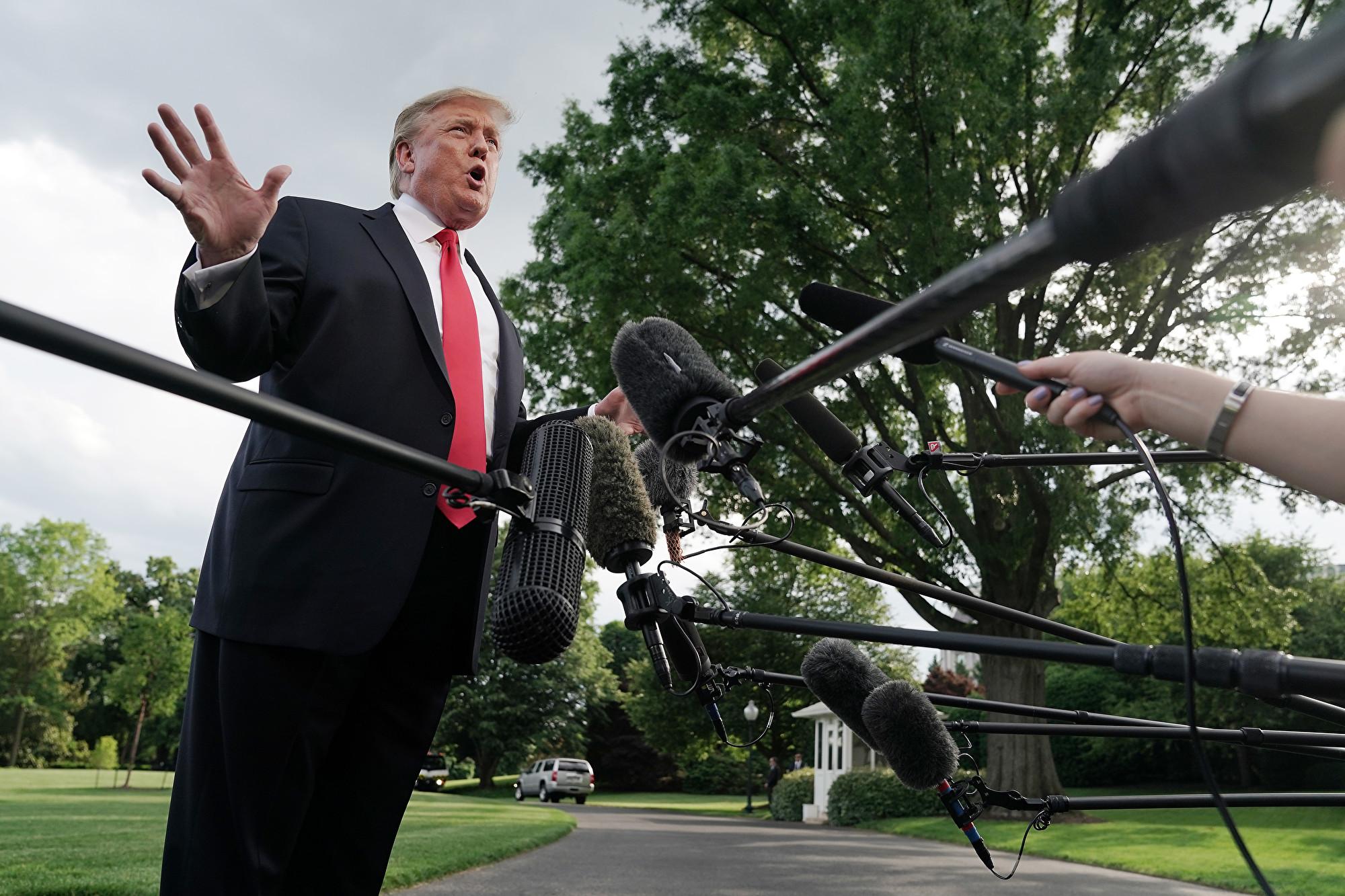 在回答記者提問是否美國將空襲伊朗時,特朗普表示:「你很快會知道」。特朗普未透露更多美國將採取的行動內容。(Chip Somodevilla/Getty Images)
