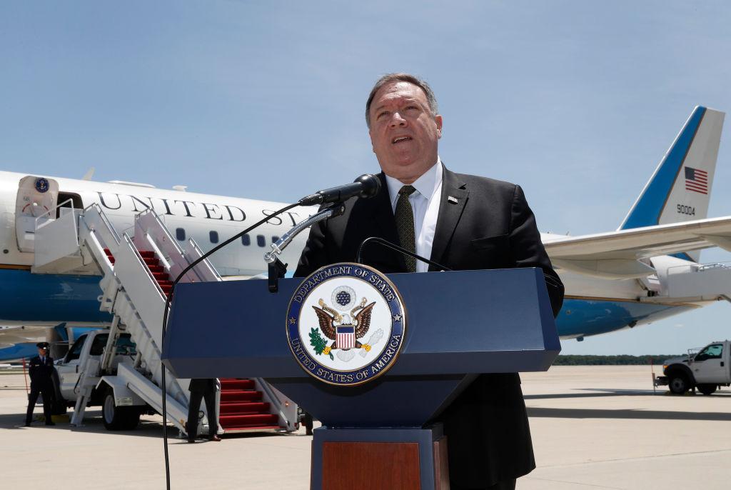 周一(6月24日),美國國務卿蓬佩奧抵達沙特。圖為他周日登機前向媒體講話。(Jacquelyn Martin / POOL / AFP) (Photo credit should read JACQUELYN MARTIN/AFP/Getty Images)