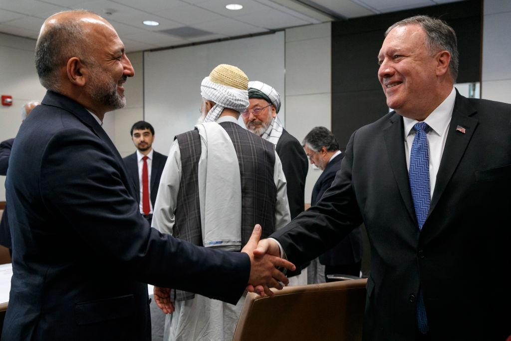 美國國務卿蓬佩奧周二(25日)訪問阿富汗,與總統阿什拉夫·加尼會晤。圖為兩人見面握手。(Jacquelyn Martin/AFP/Getty Images)