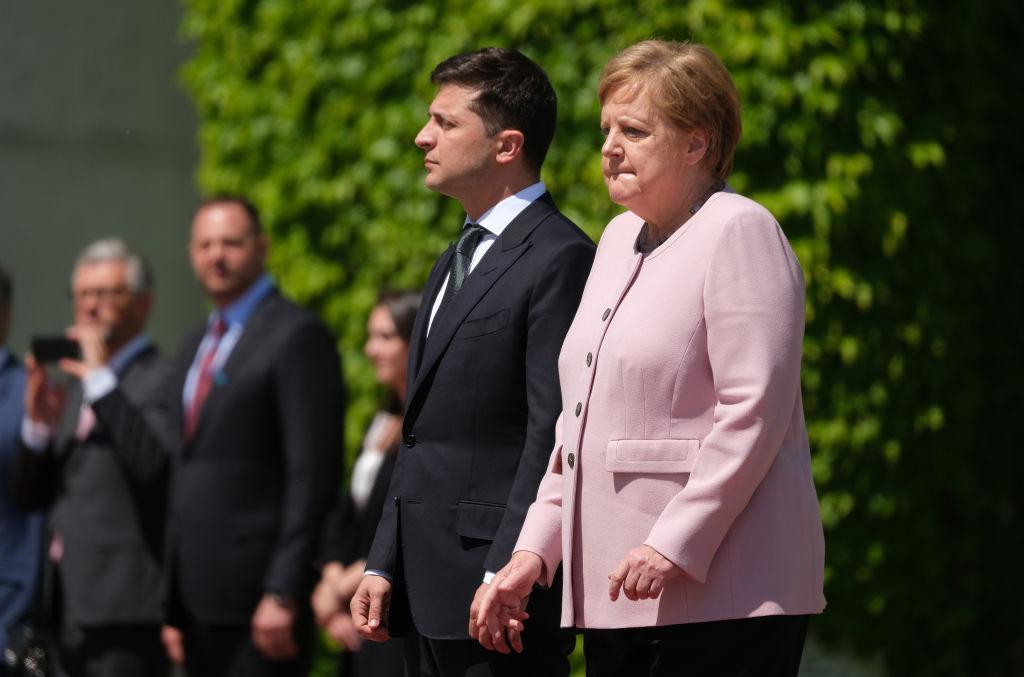 6月18日,默克爾在接待烏克蘭新總統時,出現身體不適症狀。當演奏國歌時,她身體劇烈抖動,幾乎無法控制。(Sean Gallup/Getty Images)