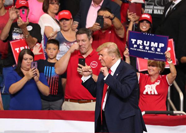 6月18日特朗普總統在佛羅里達州奧蘭多市的安麗球場宣佈競選連任。圖為特朗普在集會現場。(Joe Raedle/Getty Images)