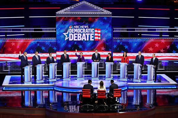 周三晚間在邁阿密舉行的初選首場辯論。(Joe Raedle/Getty Images)