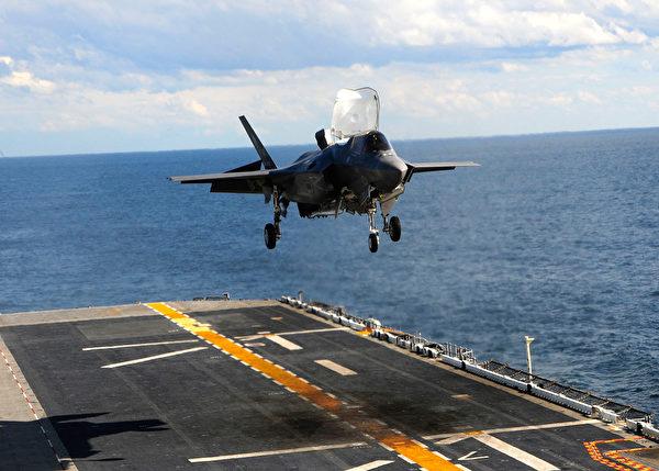 2011年10月3日,美軍一架F-35B戰機降落在兩棲攻擊艦黃蜂號(USS Wasp)上。(Natasha R. Chalk/U.S. Navy via Getty Images)