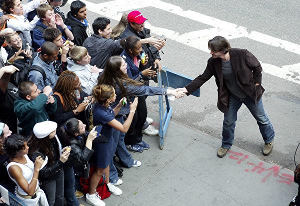 2003年5月,基努·里维斯在纽约时代广场和粉丝握手。( Scott Gries/Getty Images)
