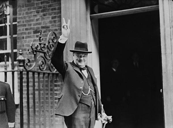 1943年6月,英國首相邱吉爾在唐寧街10號首相府外作出著名的V勝利手勢。(H F Davis/Topical Press Agency/Hulton Archive/Getty Images)