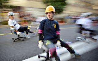 这样也能玩? 日本京都举行办公椅赛车大赛