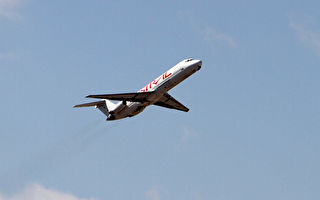 FAA周四禁止美国航空公司飞越伊朗领空,特别是霍尔木兹海峡(Strait of Hormuz)以及阿曼湾(Gulf of Oman)的上空,部分国际航空公司也采取了预防措施。