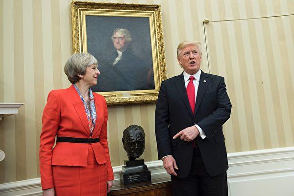 特朗普在宣誓總統就職幾小時內就將邱吉爾頭像放回到他的白宮辦公室 (之前幾年邱吉爾頭像被奧巴馬移出白宮且用馬丁‧路德‧金頭像替代其位置)。圖為2017年1月27日特朗普在白宮辦公室會見英國首相特蕾莎·梅伊。(BRENDAN SMIALOWSKI/AFP/Getty Images)
