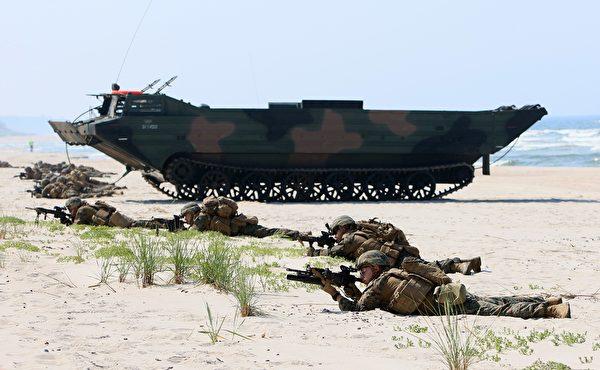 2018年6月4日,在該年度「波羅的海行動」中演練兩棲登陸的北約士兵。(PETRAS MALUKAS/AFP/Getty Images)