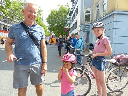 比勒菲爾德WDR主編Klaus Bellmund和兩個女兒感受到歡樂氛圍。(莫凌/大紀元)