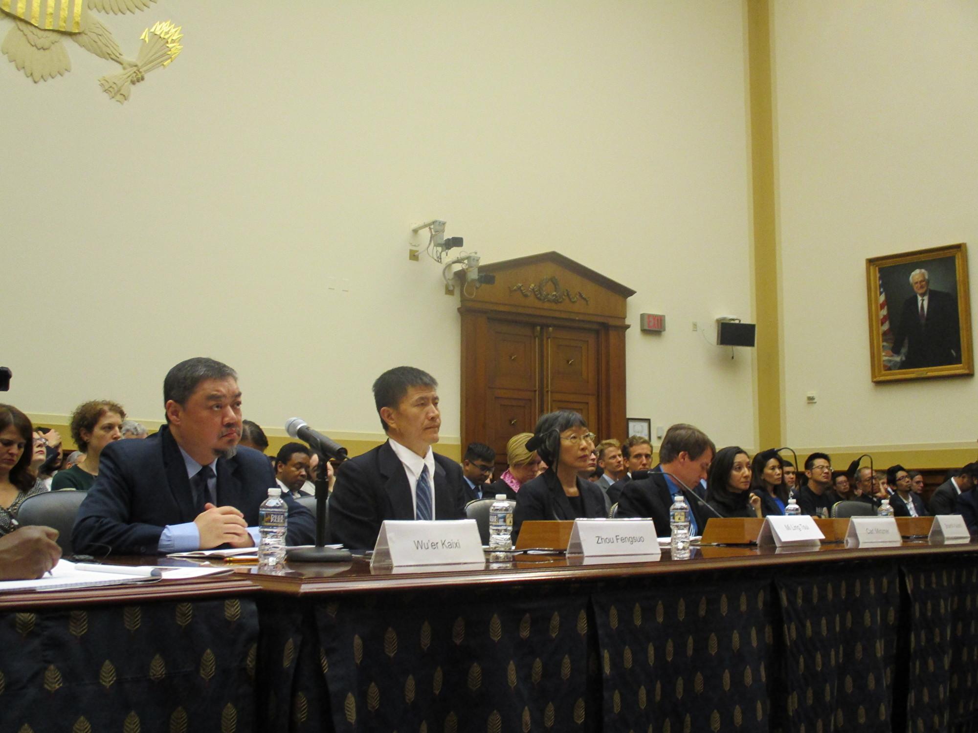 六四學生運動領袖吾爾開希(左一)、周鋒鎖(左二)在聽證會上。(李辰/大紀元)