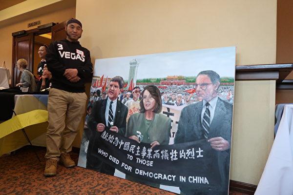 定居拉斯維加斯的華裔畫家陳勝榮的創作,記錄佩洛西(Nancy Pelosi)等美國會議員訪天安門向民主人士致敬之行。(徐繡惠/大紀元)