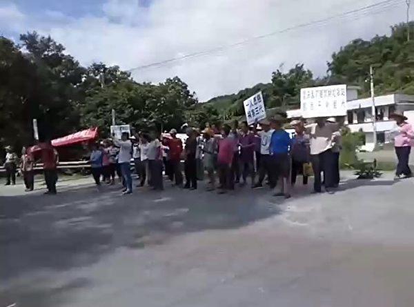 6月19日、20日,廣東雲浮市鬱南縣南江口鎮民堂村數百名村民遊行示威,抗議在水源地和村民聚居處附近建大型垃圾焚燒發電項目。(受訪者提供)