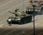 1989年六四事件中,一名在长安街上只身阻挡中共解放军坦克车队前进的男子。(新唐人电视台视频截图)