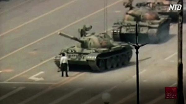 1989年六四事件中,一名在長安街上隻身阻擋中共解放軍坦克車隊前進的男子。(新唐人電視台視頻截圖)