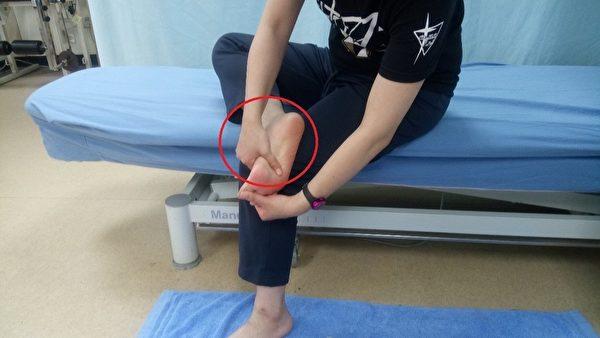 以手指按摩足底筋膜。(台大医院新竹分院提供)