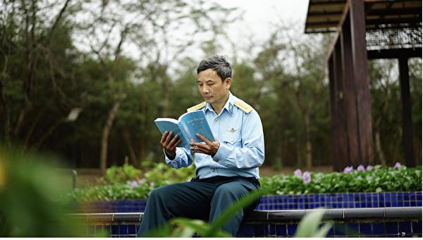 Quynh Xuyen在閱讀法輪大法的書籍。(Quynh Xuyen提供)